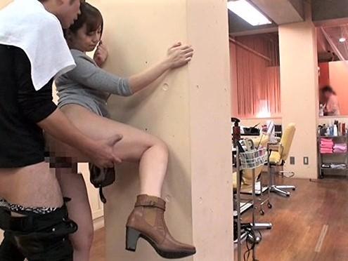 美容師と2人きりの美容院で乳首責めと手コキとフェラチオで勃起させられたチンポをマンコにハメられる!