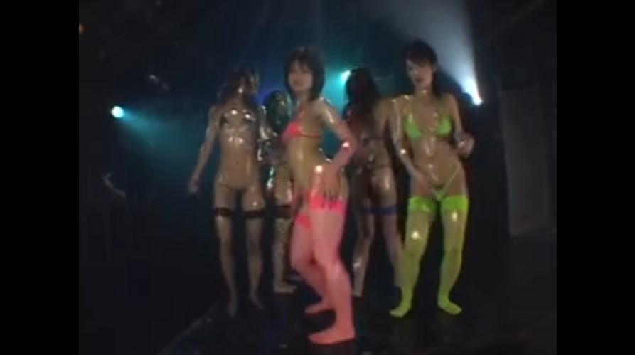 オイルまみれで踊りまくるムチムチボディのエロお姉さん達!