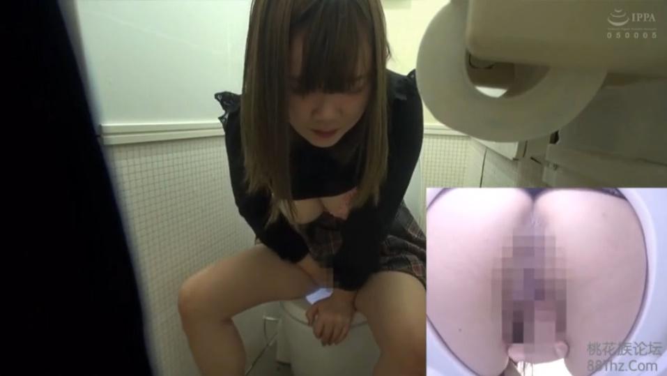 モールのトイレで自慰行為しちゃうムチムチ美巨乳娘を隠し撮り!