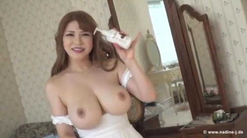超美爆乳Lカップの沖田杏梨さんがおっぱいにローションを塗り込むエロ動画!