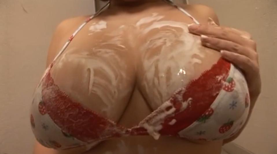 ムチムチ爆乳の鈴香音色ちゃんがソフトクリームをいやらしく舐めまわす!白濁液まみれのおっぱいがエロい!