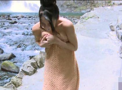 露天風呂でバケツの水をかぶったらタオルがズレ落ちおっぱいがこぼれそうになるハプニング!