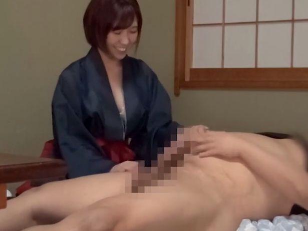 和装を纏ったうら若き女達が、宿泊した男性客相手に中出しセックスをせがむ。