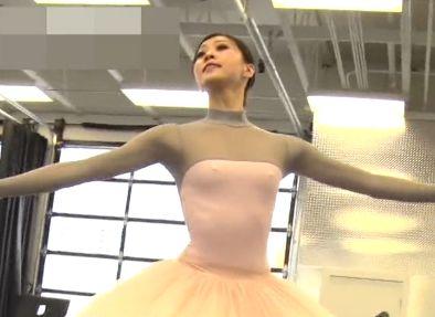 ノーブラでペラペラの衣装で胸を張ったら乳首が起ち捲りハプニング!