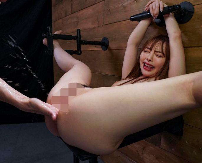 小倉由菜の美しい身体が特殊器具で固定され淫具で責め立てられる。