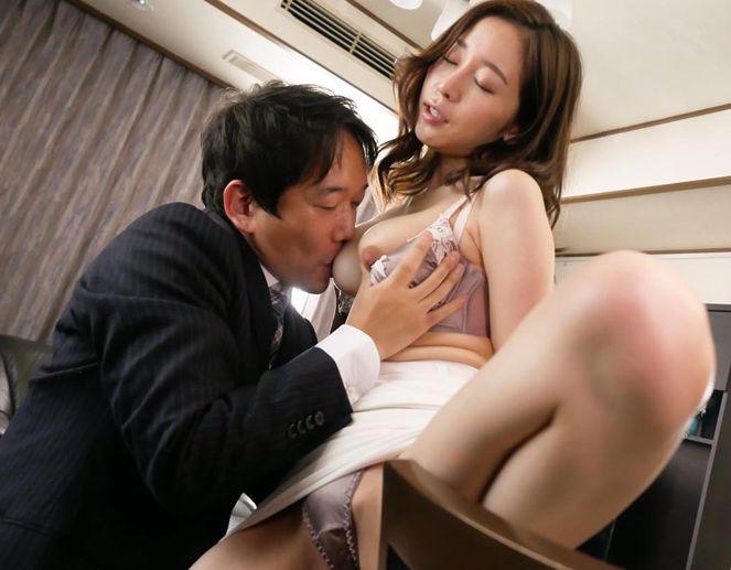 止められない体の疼きと、チンポへの異常な執着で見下していた男の性奴隷に!篠田ゆう