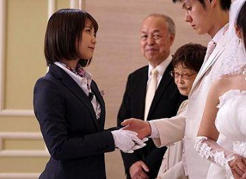 ウェディングプランナーの真琴は式場の契約に来て判子を忘れた新郎を誘惑し中出しさせてしまう。戸田真琴