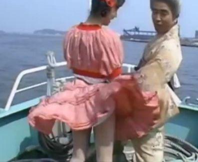 船上ロケで風邪が吹いてスカートが捲れ上がってパンツモロ見えハプニング!