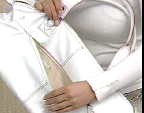 商品紹介の巨乳お姉さんがペラペラの衣装でブラをくっきりさせながら乳〇起ち捲りハプニング!