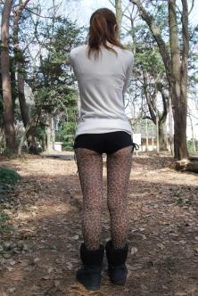 豹柄タイツとマイクロパンツ姿で誘惑するエッチなお嬢さん