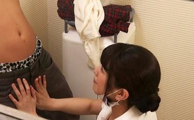 【カムカムぴゅっ!】股間を触って誘惑する歯科衛生士の倉木しおり