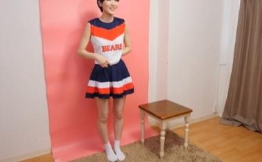 チアリーダーのコスプレ衣装で登場するショートカットの現役モデル東条蒼