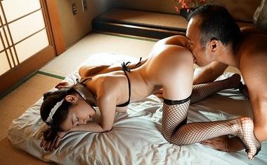 四つん這いでクンニ責めされる人妻メイドの篠田ゆう