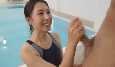 手コキご奉仕する競泳水着コスプレをした佐田茉莉子