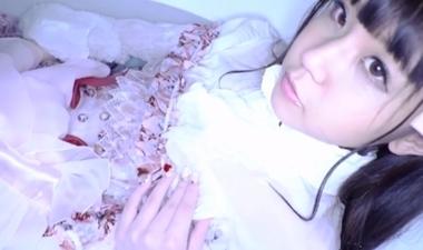 セクシーショットを披露するロリータ衣装の永野いち夏