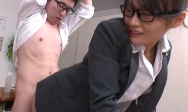 着衣のままバックでハメる女教師の七海ひな(七瀬ひな)