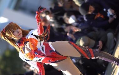 【コミケ】新世紀エヴァンゲリオンの式波・アスカ・ラングレーに成りきったアニコス美少女の撮影会風景