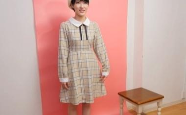 個人撮影会でポーズを決めるショートカットの現役モデル東条蒼