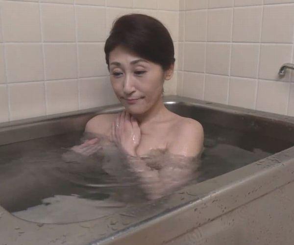 【高橋美園】美しい姑は完熟未亡人!夫を失って行き場の無くなった欲望を入浴中のシャワーオナニーで鎮めるしか術が無い