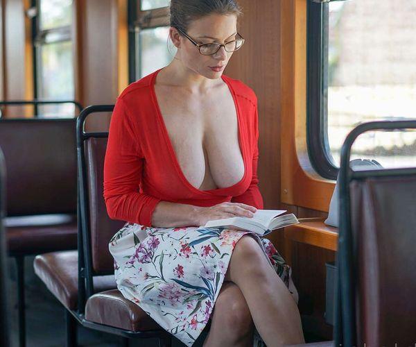 欧米の電車・バス内のエロい光景画像