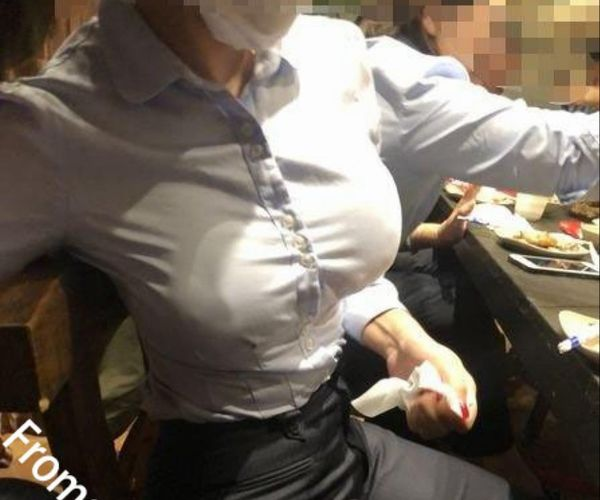 飲食店で撮られた巨乳過ぎる同僚(画像)