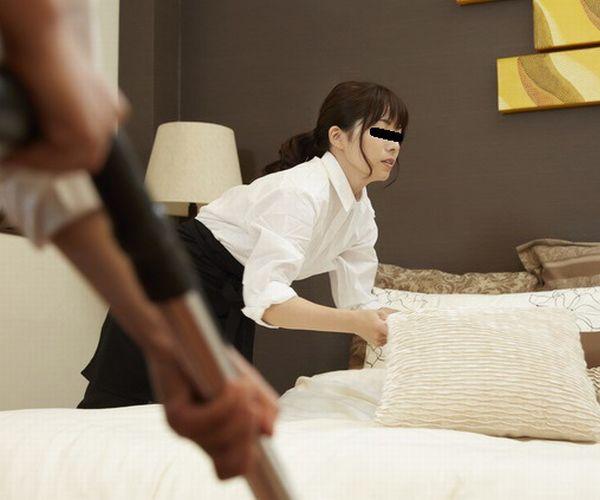 【ガチ動画】AVじゃない!ベッドメイキングのホテル従業員にフル勃起を見せて本当にハメ撮りに成功した男の投稿動画