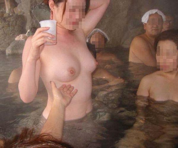 【画像】 栃木の混浴、ガチでおマンコ見放題wwwww