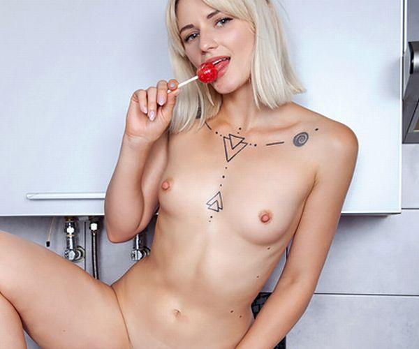 ウクライナ美少女の敏感そうな微乳おっぱいにビンビン勃起乳首エロ過ぎ