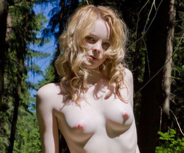 ロシアのアルビノ「Violetta」の野外ヌードギャラリー。