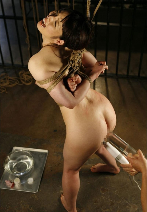 浣腸エロ画像 アナルから液体を注入するSMプレイ31枚の09枚目