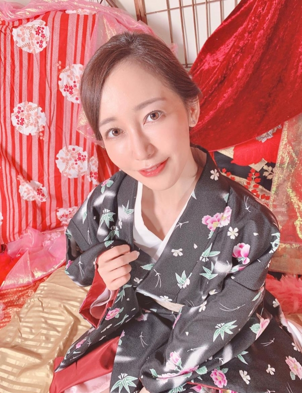 篠田ゆうさん「スナックゆう」のママになってしまう。画像41枚のa11枚目
