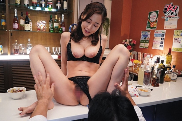 篠田ゆうさん「スナックゆう」のママになってしまう。画像41枚のc02枚目