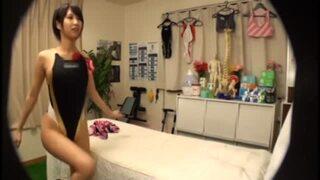 【変態】スレンダーな競泳水着姿の女子大生の、マッサージ無料エロ動画。【女子大生動画】