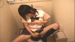 【トイレ】スレンダーな制服姿の女子校生JKの、放尿のぞき羞恥無料エロ動画。【おしっこ動画】