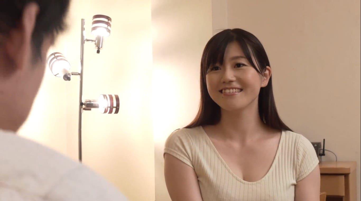 ピッチピチのタイトスカート姿の栗林愛子
