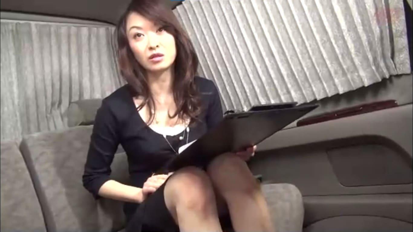黒いスカートから黒いパンティーを覗かせて股間アップに恥ずかしがる