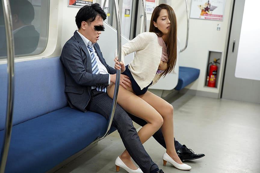 対面に座ると眠る女のスカートからパンチラ