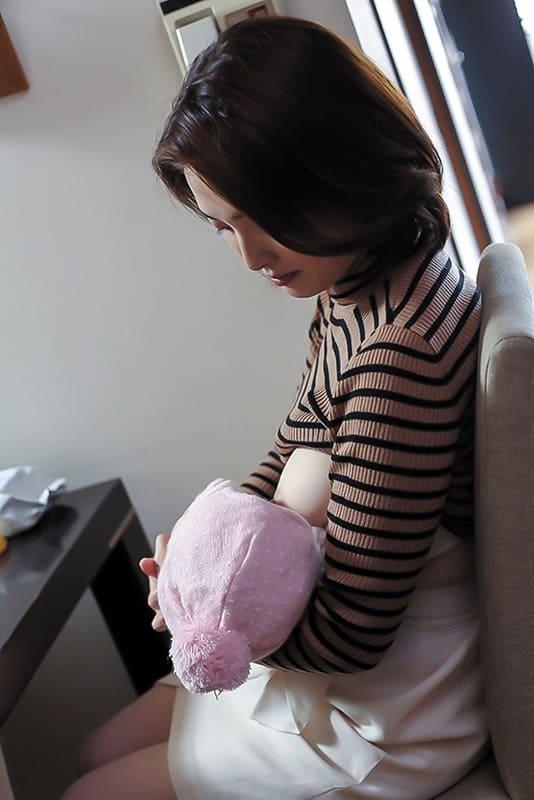 妻が母乳を与えている