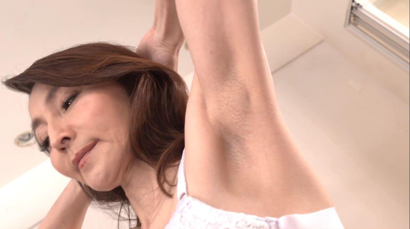 美しい腋の下の剃毛跡をドアップ撮影