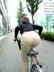 自転車乗ってるOL