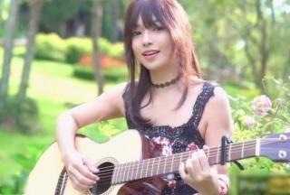 【無修正】ミュージックビデオかと思いきやこの女の子、ノーパンでオマンコ丸出しww