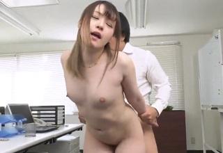 【無修正】小柄な美少女系なOLと誰もいないオフィスで全力生セックス!