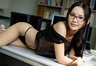【無修正】丘咲エミリ ふんわり美乳の生美脚で誘惑してくる同僚OLとのオフィスSEX