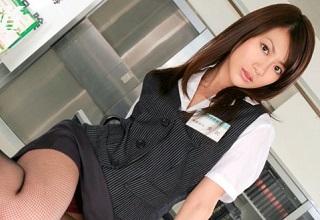 【無修正】銀行強盗2人にパンツを降ろされ好き放題犯される女子行員
