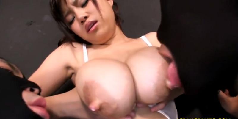 プルップル勃起乳首の爆乳美女が覆面おっさんにおっぱいを吸われ母乳噴射!1-01