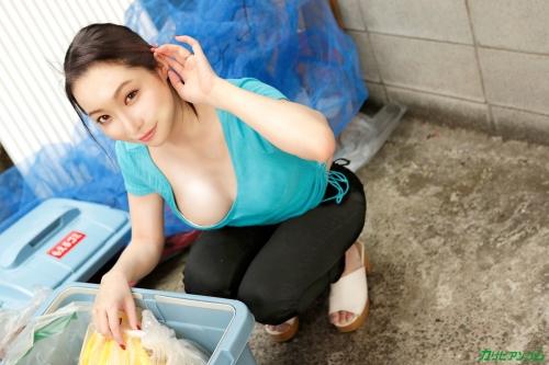 ゴミ捨て場で出会った浮きブラ美人妻と濃厚中出しSEX! 吉岡蓮美 - 無修正動画 カリビアンコム 01