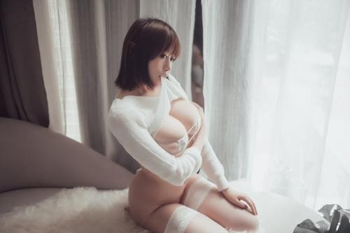 服を脱いだらマイクロビキニ 27