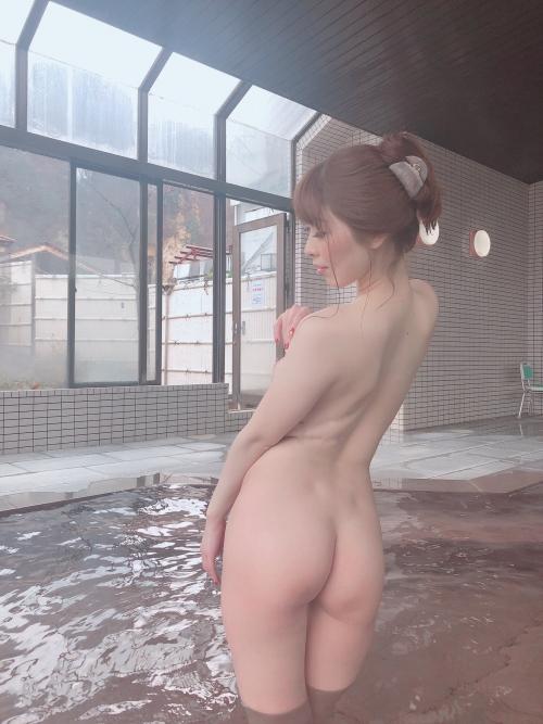 裸でくつろぐ温泉でのヌード 05