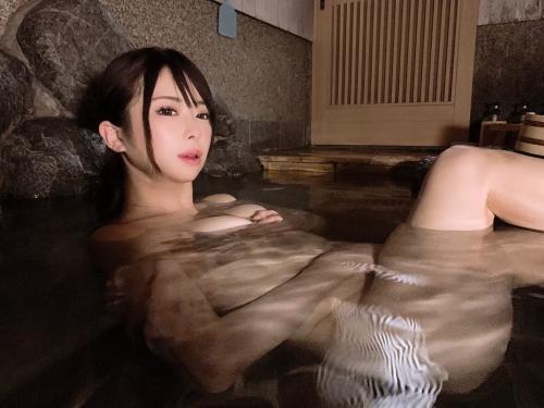 裸でくつろぐ温泉でのヌード 07