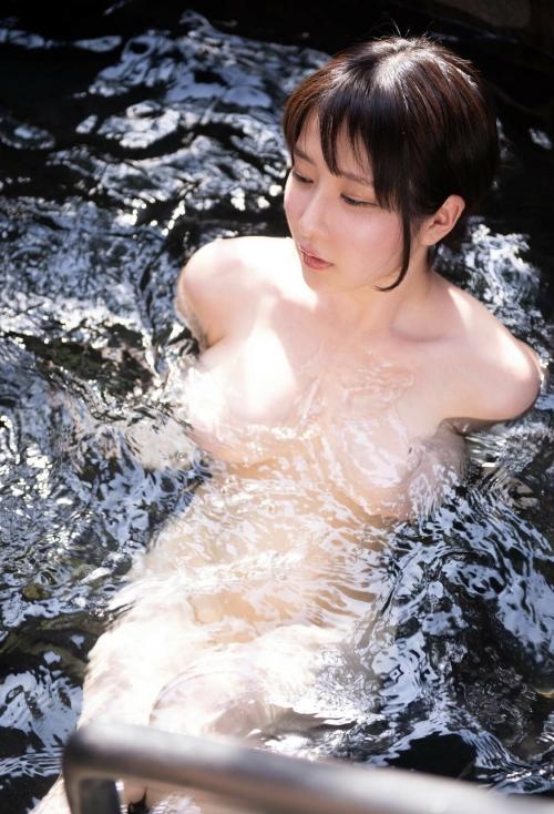 裸でくつろぐ温泉でのヌード 10